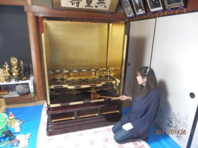 お客様宅での仏壇組み立て風景、もう少しで完成です。