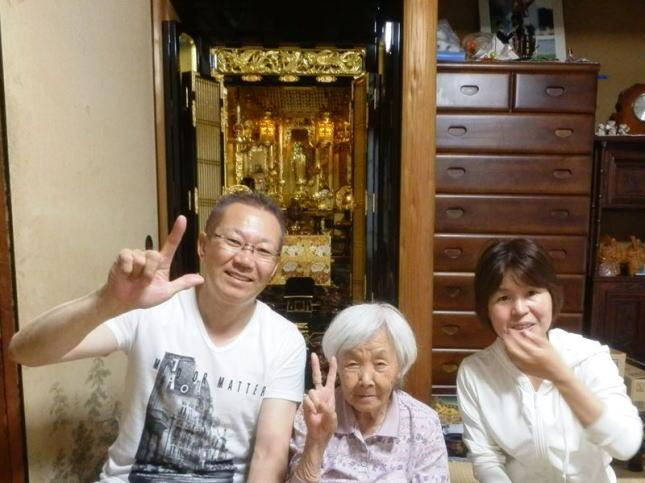 きれいになった金仏壇の前でお客様と記念写真