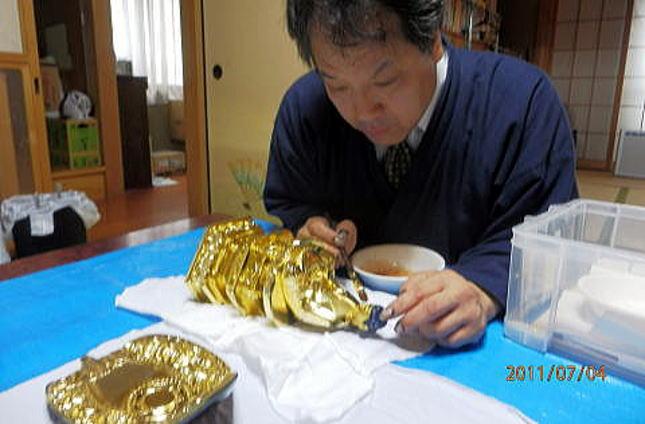 お客様宅で仏像のクリーニング作業画像
