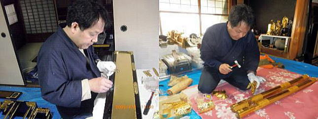仏壇の部品に金具打ち付け作業