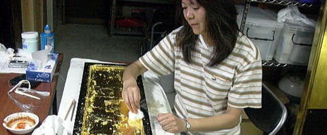 洗浄不可能な傷みがある仏壇の外扉に金箔押し